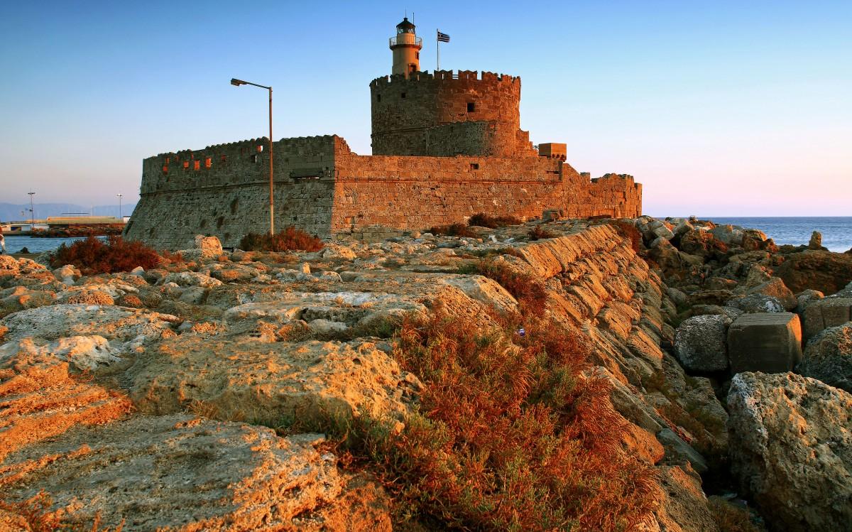 Zdjęcia: Port w Mandraki, Rodos, Latarnia morska, GRECJA
