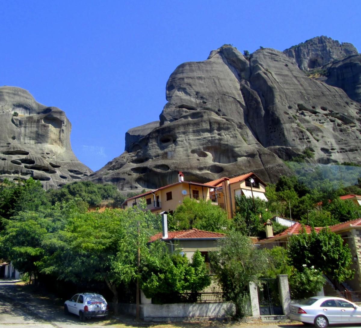 Zdjęcia: Kalampaka, Tesalia, domy na tle skał, GRECJA
