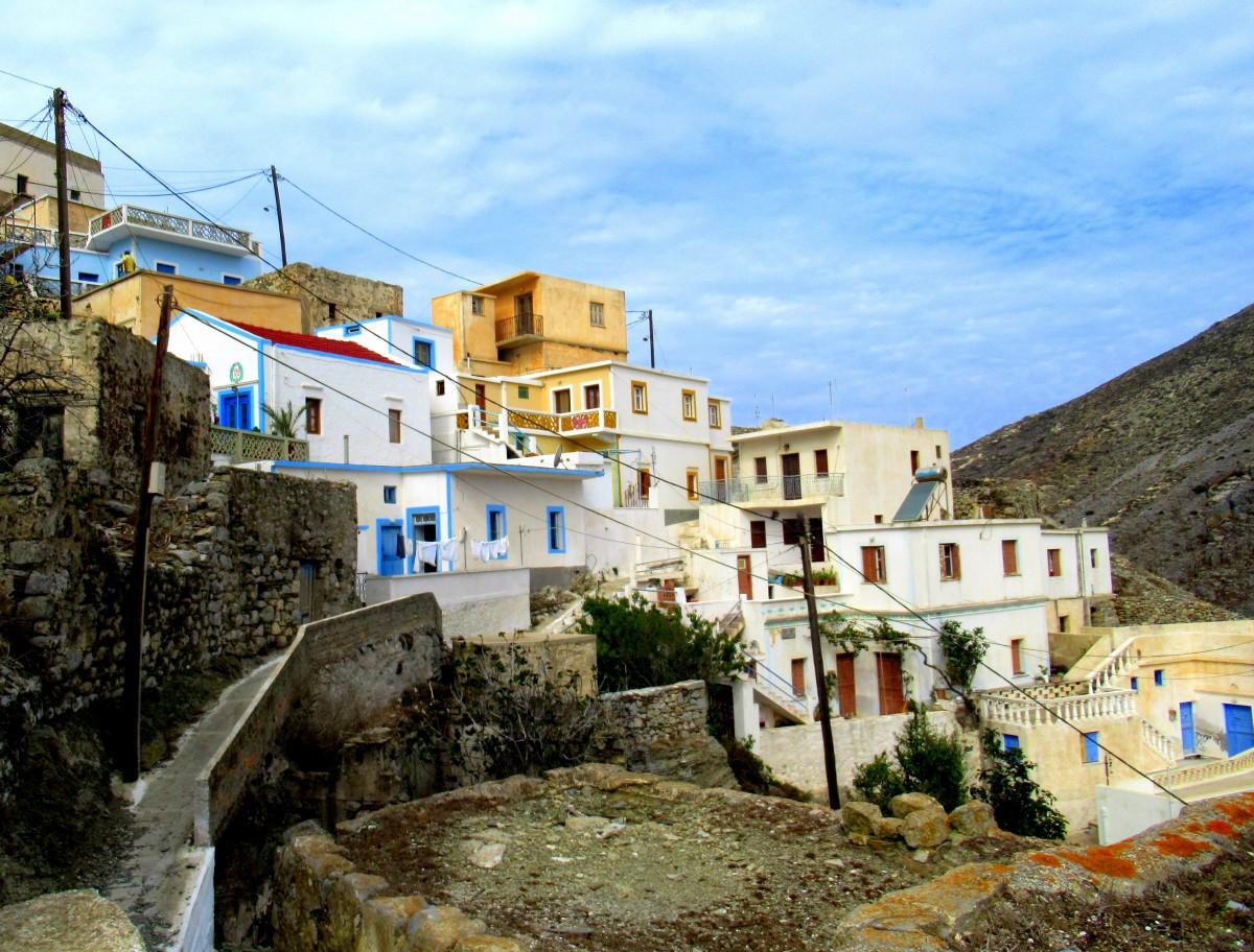 """Zdjęcia: Olympos, Karpathos, Domki """"przyklejone"""" do wzgórza, GRECJA"""