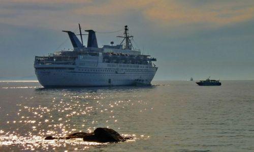 Zdjecie GRECJA / Cyklady / Mikonos / Statek wycieczkowy opuszcza port