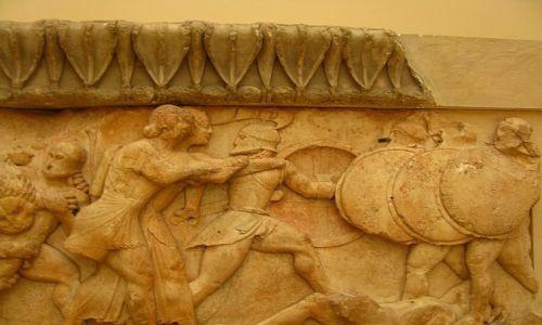 GRECJA / Fokida / Delfy muzeum archeologiczne / Gigantomachia; fragment fryzu
