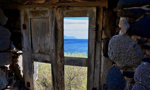 GRECJA / Nisyros / Avlaki - opuszczony port / widok z okna