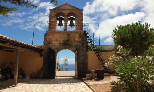 Zdjęcie GRECJA / Korfu / Pantokrator / Brama i dzwonnica klasztoru z XVII w.