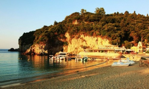 GRECJA / Korfu / Paleokastritsa / Klif w porannym słońcu