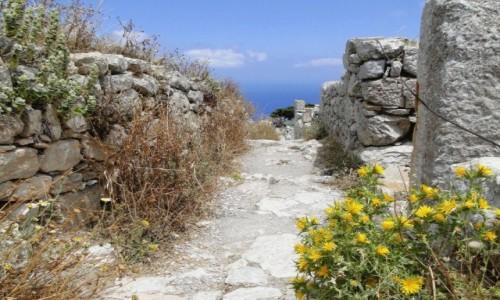 GRECJA / Santorini / Szczyt Mesa Vouno - starożytna Thera / W uliczce starożytnego miasta.