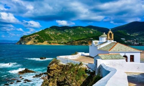 Zdjecie GRECJA / Wyspa Skopelos / Miasteczko Skopelos / Biały kościółek Panagitsa Tou Pirgou nad zatoką na Skopelos