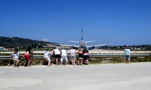 GRECJA / Skiathos / miasto Skiathos / ~Kiecki w górę - samolot startuje!
