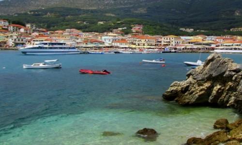 GRECJA / Epir / Parga / Widok na Pargę z wysepki na morzu