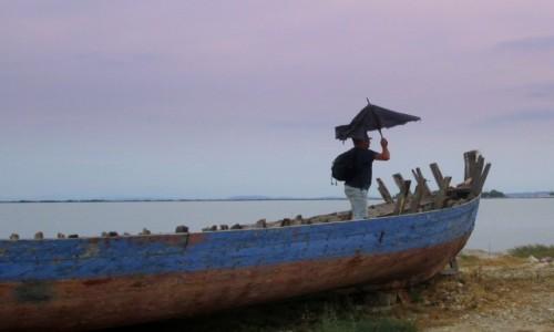 GRECJA / Lefkada / Lefkada miasto / Stara łódź i stary parasol