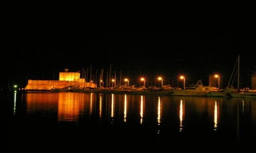 Zdjecie GRECJA / RODOS / RODOS / Miasto RODOS nocą - port i latarnia