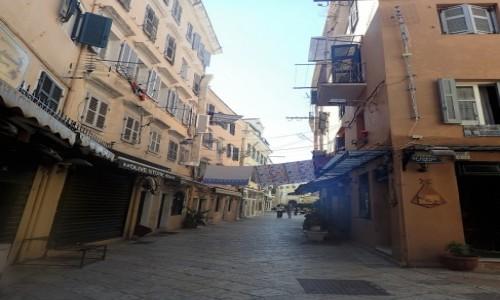 GRECJA / Korfu / Korfu - miasto / Pranie rozwieszone nad uliczką starego miasta w Korfu