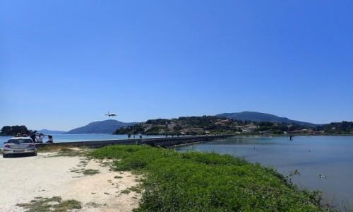 GRECJA / Korfu / Lotnisko Korfu / Molo w Korfu w pobliżu lotniska. Lądujący samolot.