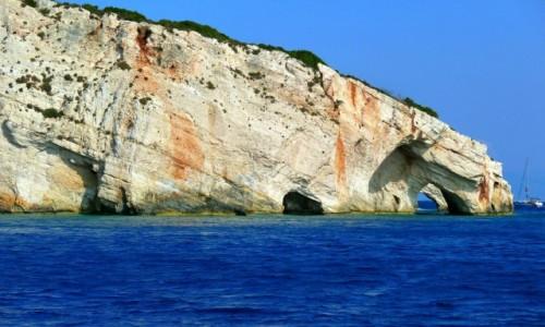Zdjęcie GRECJA / Morze Jońskie / Zakynthos / Blue Cave z profilu