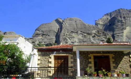 GRECJA / masyw Meteory / Kalambaka/Kalampaka / Kalambaka i jej skały