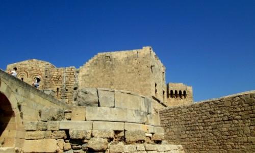 GRECJA / Rodos / Lindos / Resztki murów akropolu w Lindos