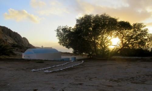Zdjecie GRECJA / Karpathos / Arkasa / Słońce schowane w drzewie