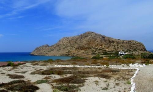 Zdjecie GRECJA / Karpathos / Arkasa / Kamyczkowe alejki i widok na górę
