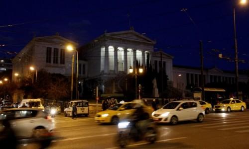 Zdjęcie GRECJA / - / Ateny / Biblioteka Narodowa przy ruchliwej ulicy Omonoia