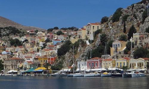 GRECJA / Archipelag Dodekanez / Simi / kolorowe domki w porcie