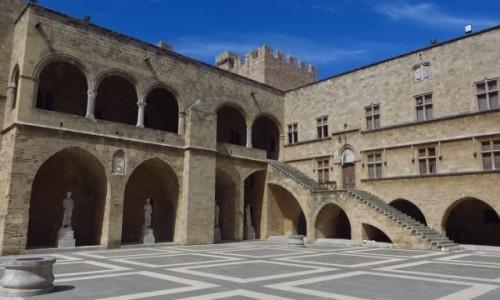 Zdjecie GRECJA / Archipelag Dodekanez / Wyspa Rodos - Rodos / Pałac Wielkich Mistrzów - dziedziniec