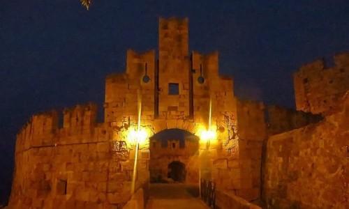 Zdjecie GRECJA / Archipelag Dodekanez / Wyspa Rodos - Rodos / brama św. Pawła o zmroku