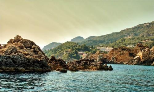 GRECJA / Korfu / Paleokastritsa / Zatoka Paleokastritsa-pocztówkowo
