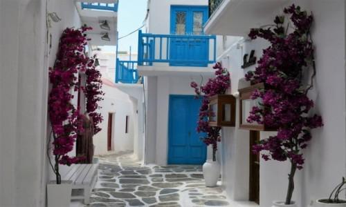 GRECJA / Cyklady / Mykonos / Białe domy i niebieska stolarka typowe dla Cykladów