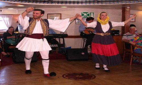 GRECJA / Morze Egejskie / statek płynący przez Morze Egejskie / Taniec grecki