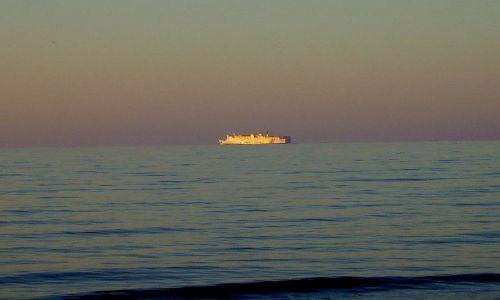 Zdjecie GRECJA / wyspa Kreta / miasteczko Rethymno / prom na Santorini o zachodzie słońca