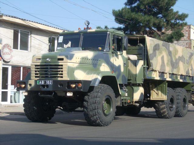 Zdj�cia: Chachuri, Przejazd transporterow wojskowych przez Chachuri, GRUZJA
