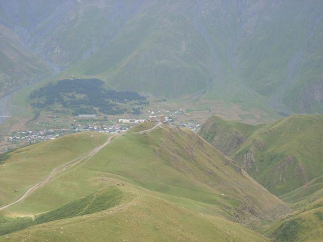 Zdjęcia: Kazbegi, Kaukaz, Tsmina Sameba z daleka, GRUZJA