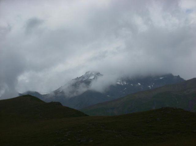 Zdjęcia: Kazbegi, Kaukaz, Kazbek za mgłą, GRUZJA