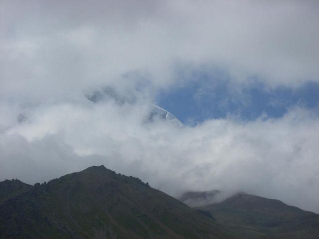 Zdjęcia: Kazbegi, Kaukaz, Pojawiajacy sie Kazbek, GRUZJA