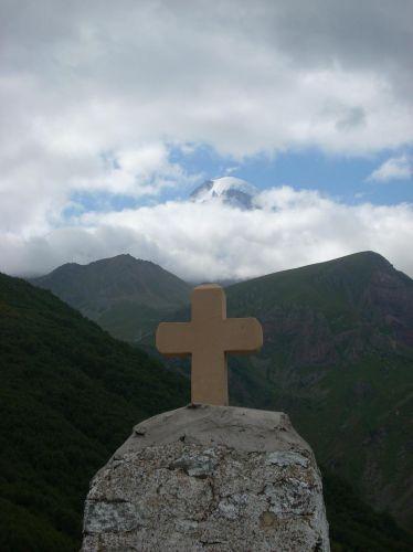 Zdjęcia: Kazbegi, Kaukaz, Krzyż z Kazbekiem w tle, GRUZJA