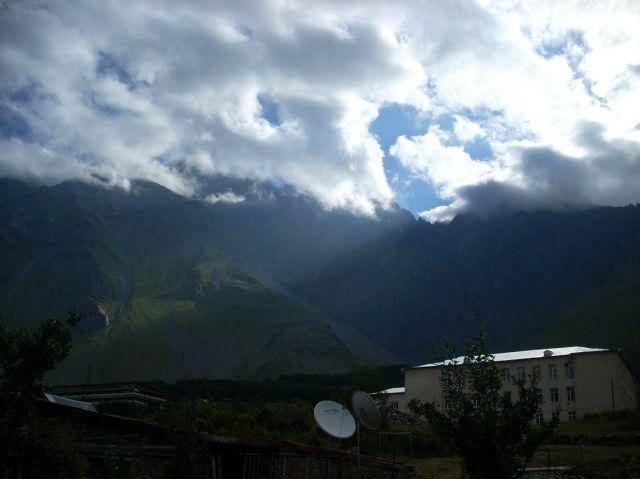 Zdjęcia: Kazbegi, Kaukaz, Poranek, widok z okna, GRUZJA