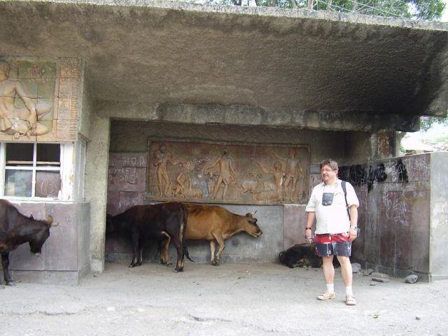 Zdjęcia:  Kazbegi, droga wojenna, Przystanek autobusowy, GRUZJA