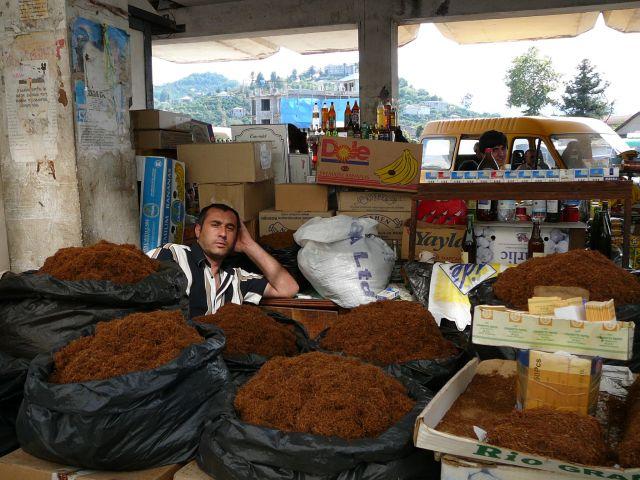 Zdjęcia: na dworcu, Batumi, sprzedawca tytoniu, GRUZJA
