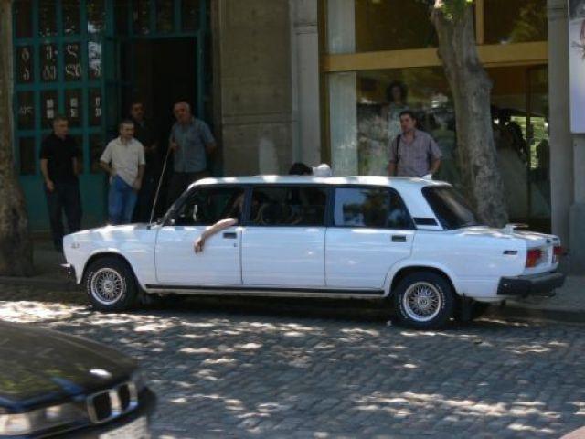 Zdjęcia: Tbilisi, przed jakimś hotelem niedaleko Mtkvari., Środkowa Gruzja, Eta imuzin!, GRUZJA