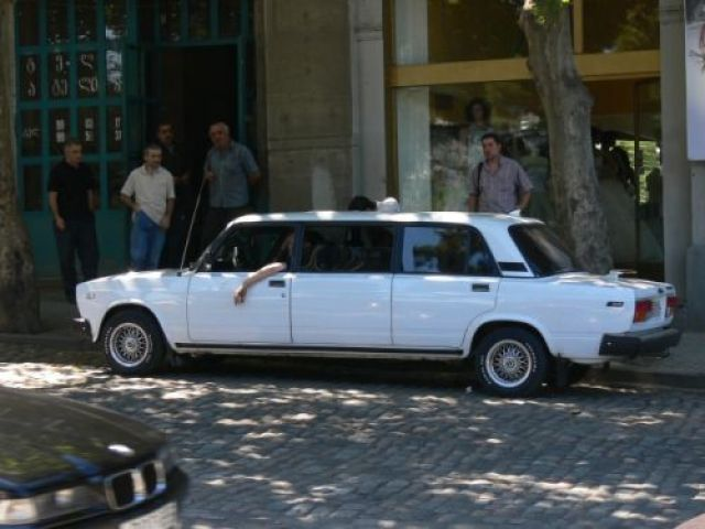 Zdj�cia: Tbilisi, przed jakim� hotelem niedaleko Mtkvari., �rodkowa Gruzja, Eta imuzin!, GRUZJA