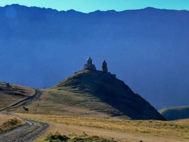 Zdjęcia: Widok na Kościół Trójcy Świętej z drogi na Kazbek (5047m)., Khevi, Tsminda Sameba, GRUZJA