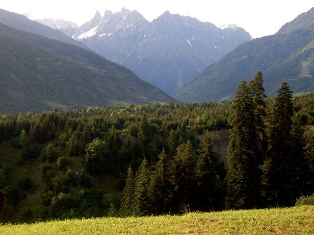 Zdjęcia: Mestia, okolice..., Swanetia, te same góry widziene z oddali..., GRUZJA