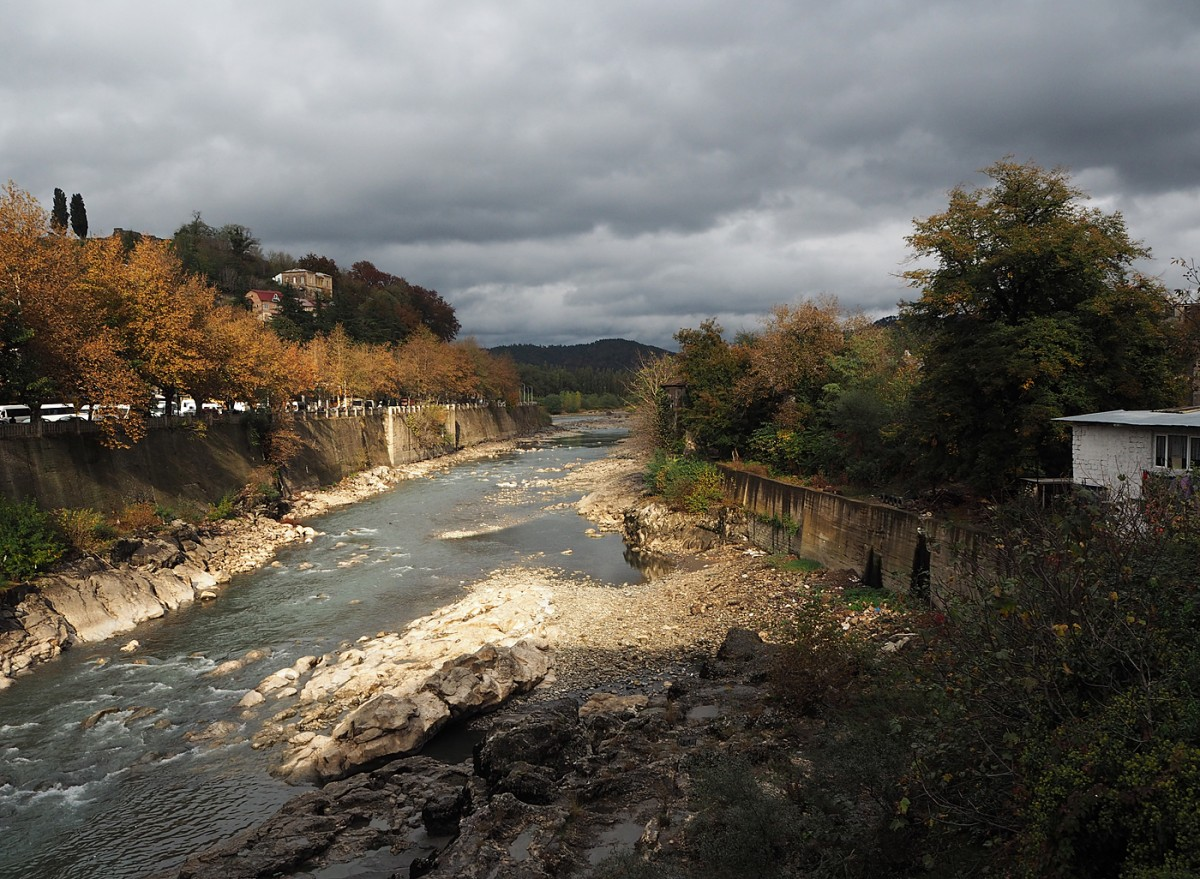 Zdjęcia: Kutaisi, Imeretia, Rzeka Rioni w jesiennych barwach, GRUZJA