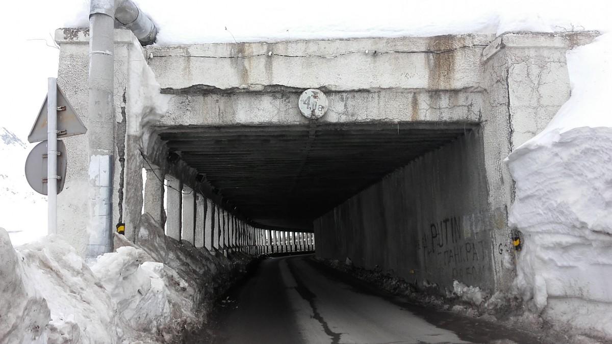 Zdjęcia: Kaukaz, Droga wojenna -  tunel chroniący przed lawinami, GRUZJA