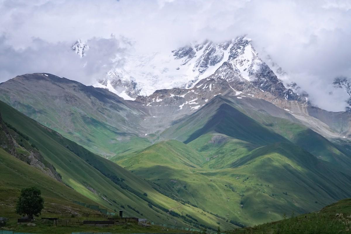 Zdjęcia: Ushguli, Svanetia, Widok na masyw Shary, GRUZJA