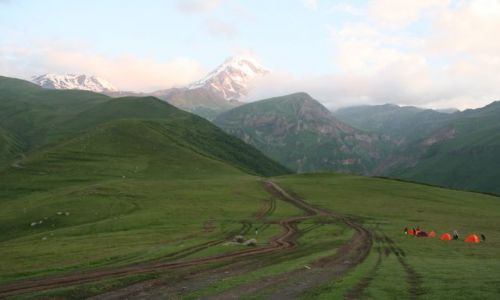 Zdjecie GRUZJA / - / Kazbegi / W tle góra Kazbeg