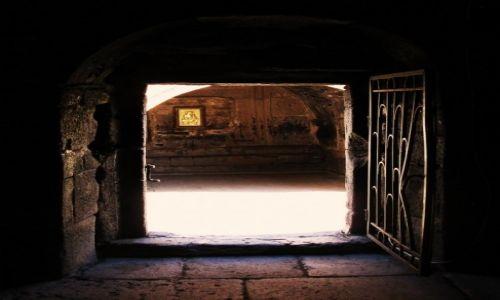 Zdjęcie GRUZJA / Chewi / przy kościele Gergeti  / Wejście do świetego miejsca
