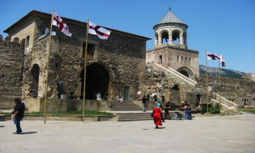 Zdjęcie GRUZJA / Mccheta-Mtaneti / Na terenie katedry Svetitshoveli / Katedra - filar życia