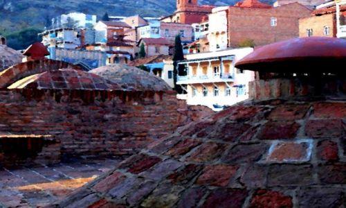 GRUZJA / Tbilisi / Na pierwszym planie bardzo charakterystyczne miejsce starej części Tbilisi - dachy zabytko /