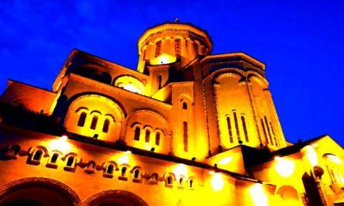 GRUZJA / Tbilisi / Katedra Sameba - tuż po zachodzie słońca /