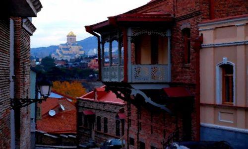 GRUZJA / Tbilisi / Stare miasto - w głębi widoczna katedra Sameba /